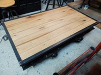 Table basse wagonnet sur sa portion de rail.
