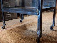 Vitrine ancienne - sur roulettes - bords arrondis - gonds et poignées en laiton.