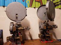 2 DISPONIBLES. 200€ la pièce. Véritables projecteurs de cinéma anciens.