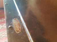 Habillage des poignées et porte-étiquette tout en laiton.