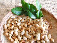Cacahuètes et noix de cajou crues (à gauche)&#x3B; Cacahuètes grillées à la poêle avec la peau - celle-ci partira toute seule sous vos doigts (au milieu)&#x3B; Cacahuètes et noix de cajou grillées (à droite)