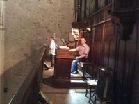 Sous la très belle nef datant du 14ème siècle prolongeant le choeur de style gothique plus ancien (13ème siècle) et terminée (selon la légende)   grâce à Gaston Fébus,la tribune éclairée par un vitrail du 19ème, supporte l'orgue de style néogothique oeuvre d'Aristide Cavaillé-Coll. A droite, l'orgue du temple et au centre Yann Liorzou et Philippe Pistole.