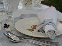 Table bleu et roses de Digoin