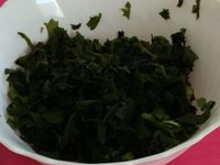 1/ Découpe des algues wakamé&#x3B; 2/ les algues wakamé dans leur saladier&#x3B; 3/ Salade de Gombo au complet