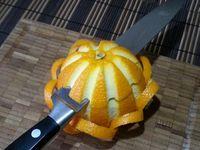 3 - Voilà toutes vos boucles réalisées. Couper le haut de l'orange à environ 1 cm au dessus des boucles afin d'obtenir un chapeau.