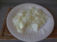 2 - Emincer finement les oignons. Peler les pommes de terre, bien les essuyer et les couper en dés moyens. Faire revenir l'oignon émincé dans une poêle avec l'huile d'olive sur feu moyen sans les faire griller.