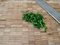 3 - Mettre dans une jatte les 2 types de fromages, rajouter : la ciboulette finement ciselée, les cerneaux de noix concassés, un oeuf entier bien battu et légèrement poivré. Bien mélanger le tout.