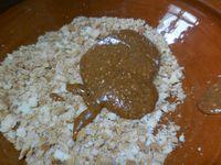 2 - Prendre 100 gr de cigarettes russes ou autres gâteaux similaires croustillants. Les concasser en fins morceaux dans un saladier. Ajouter le praliné et le chocolat blanc préalablement fondu au micro-ondes ou au bain marie. Bien mélanger le tout
