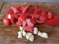 Vos ingrédients sont tous réunis vous pouvez alors vous lancer dans cette recette hyper simple. Couper la tomate en 2 et l'épépiner. La placer sur du papier absorbant afin de la faire dégorger quelques instants. Peler l'ail et en retirer le germe. Couper la tomate et l'ail en dés. Les placer dans un mixeur avec un filet d'huile d'olives. Saler, poivrer et rajouter le persil. Mixer pour obtenir une pâte à tartiner. Il ne vous reste qu'à étaler cette préparation sur les tranches de pain de campagne et le tour est joué !!