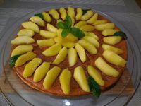 5 - Démouler votre gâteau refroidi sur un plat de service. Disposer à votre goût les pommes caramélisées encore chaudes sur le gâteau. Avant de servir, décorer le tout avec un brin et quelques feuilles de menthe fraîche, et parsemer d'éclats de pralin. Bonne dégustation !!