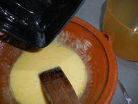 2 - dans un saladier ou une jatte, mélanger les jaunes d'oeufs et 50 gr de sucre jusqu'à ce que le mélange blanchisse. Y verser 65 gr beurre fondu, bien mélanger, puis incorporer la farine petit à petit en remuant bien pour ne pas faire de grumeaux. La préparation doit être homogène et lisse.