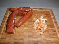 2 - Pendant la cuisson de la viande, enlever la peau du chorizo et le couper en tronçons de 4 à 5 cm de long. Eplucher les pommes de terre, bien les essuyer et les couper en quartiers de taille à peu près égale pour un temps de cuisson homogène. Bien rincer les pois chiches et réserver. Au bout de 3h15, rajouter à la viande les pommes de terre et le sachet de colorant safran pour paëlla. Couvrir et laisser mijoter à nouveau pendant environ 20 à 30 mn jusqu'à bonne cuisson des pommes de terre. Compléter la préparation avec les morceaux de chorizo, mélanger et laisser cuire 2 à 3 mn avant de rajouter pour terminer les pois chiches. Remuer le tout, et laisser mijoter à couvert à nouveau pendant 5mn.