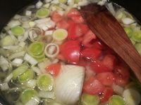 4 - Verser un fond d'huile d'olive dans une cocotte ou une casserole, y ajouter les poireaux et les oignons pour les faire suer sans les colorer. Incorporer l'ail, mélanger et couvrir avec un peu d'eau. Mettre le fenouil, les tomates, le concentré de tomate, le piment et le safran. Plonger délicatement le cabillaud dans le bouillon et les billes de pommes de terre, assaisonner en salant et poivrant. Laisser cuire 10 à 15 mn. Récupérer les billes de pommes de terre (les réserver pour faire le chapeau de la religieuse), et le cabillaud. Emietter le cabillaud, une fois cuites écraser les pommes de terre et bien les mélanger avec le cabillaud.