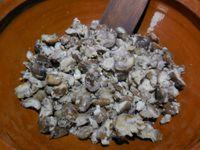 2 - Réunir dans une jatte : les échalotes blondies, les châtaignes grossièrement émiettées, verser la crème liquide et pour finir ajouter le potimarron, mélanger, saler et poivrer. Dans un autre récipient, mélanger le beurre mou, le parmesan, les flocons d'avoine, et malaxer un peu à la main.