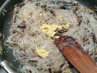 2 - Plonger les vermicelles de soja dans uns casserole d'eau bouillante non salée. Retirer du feu et laisser ramollir pendant 5 mn, Pendant ce temps faire suer les oignons dans une poèle avec l'huile pendant 1 mn, rajouter les champignons, bien mélanger, couvrir et laisser cuire à feu doux pendant 5 mn (rajouter un peu d'eau si besoin). Egoutter les vermicelles, les couper au ciseau et les verser dans la poèle. Mettre le gingembre et ensuite les herbes (coriande et citronnelle). Bien remuer le tout. Pour finir ajouter les 2 sortes de fromage, saler et poivrer. Votre farce est prête.
