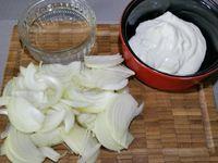 3 - Peler et émincer l'oignon et préparer la crème fraîche et la Vodka. Filtrer la bisque pour récupérer le jus et y ajouter la crème épaisse, saler poivrer et mélanger le tout. Verser dans une casserole sur feu moyen et laisser réduire de moitié. Pour finir passer la bisque au mixeur pour obtenir une consistance plus mousseuse. Réserver au chaud après avoir rectifié l'assaisonnement.