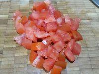 1 - Bien laver la courgette, l'aubergine et la tomate, les couper en rondelles puis en quatre (courgette, aubergine - si vos légumes sont plus gros n'en utiliser que la moitié) sans retirer la peau et en dés pour la tomate épépinée au préalable. Peler l'échalote, la dégermer et la hacher finement.