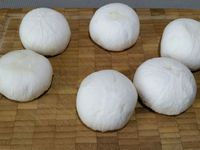 1 - Eplucher les champignons, retirer la queue et les émincer en lamelles. Ciseler l'aneth.
