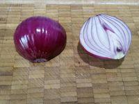 1 - Mettre les pommes de terre à cuire dans une casserole d'eau salée. Ainsi que 2 oeufs dans une autre casserole pendant 9mn (garder le 3ème oeuf pour dorer la pâte à la fin de la recette). Peler l'oignon, l'émincer et le faire suer dans une poêle avec un peu d'huile d'olive pendant quelques minutes. Le déposer ensuite sur du papier absorbant pour retirer l'excédent d'huile.