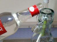 2 -  Verser le rhum blanc. Ajouter le bâton de cannelle, et l'extrait (ou les grains) de café.