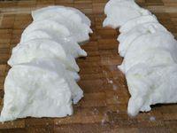 2 - Découper la mozzarella en tranches, faire de même avec le chorizo. Une fois les pommes de terre cuites, les éplucher et les tailler en rondelles pas trop épaisses.