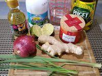 1 - Préparer vos ingrédients et bien vérifier qu'il ne reste pas d'arrêtes dans le cabillaud, les retirer éventuellement à la pince. Tailler la citronnelle en petits tronçons. Eplucher l'oignon et le ciseler en petits dés. Peler à vif le 1/2 citron vert et tailler en dés les quartiers. Eplucher le gingembre frais et le râper.