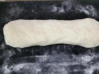2 - Mettre le four à préchauffer th 8 (240°). La pâte gonflée doit avoir doublé de volume.  Rabattre dans le saladier pour chasser l'air. Fariner le plan de travail et y déposer la pâte en formant un boudin. Le séparer en petites parts. Rabattre les bords vers l'intérieur, tourner et rouler de façon à obtenir de petites boules. Les déposer sur une plaque allant au four recouverte de papier sulfurisé. Prendre un peu d'eau pour s'humecter les mains et aplatir les pains pita. Une fois aplatis, les tapoter avec un peu d'eau. Mettre au four th 6 (180°) pour 10 à 15 mn en surveillant.
