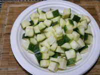 1 - Eplucher la carotte et la couper en dés. Détailler également en dés aubergine et courgette avec la peau préalablement lavées. Couper le poulet en gros dés et finir en éminçant l'oignon.