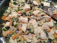 2 - Faire dorer l'oignon 2 mn dans une poêle avec un filet d'huile d'olive. Rajouter les carottes avec 2 pincées de cumin, saler et poivrer, Mélanger et continuer la cuisson à feu moyen 5 mn en remuant. Incorporer les courgettes et aubergines et laisser cuire à couvert environ 10 mn. Mélanger la crème et la moutarde. Incorporer le poulet taillé en morceaux aux légumes ainsi que le mélange crème/moutarde, et chauffer 1 mn à 2 mn en remuant. Laisser tiédir.