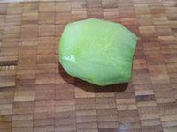 1 - Préparer le beurre de Rhum en versant dans un mixeur : le rhum, la cassonade, l'anis vert et le beurre coupé en morceaux. Mixer le tout pendant quelques instants jusqu'à l'obtention d'un mélange homogène et réserver. Eplucher et découper ensuite l'ananas et les kiwis en gros dés et quartiers.