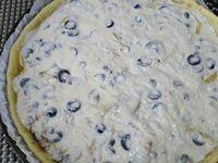 2 - Etaler la pâte dans un moule à tarte, piquer le fond à la fourchette. La recouvrir de papier sulfurisé dans lequel vous disposerez des légumes secs au choix (haricots secs, lentilles, pois chiches, cacahuètes natures .....). Enfourner pour 8 mn environ pour cuire la pâte à blanc. Pendant ce temps, couper quelques olives noires en rondelles. Casser l'oeuf entier dans une jatte, y ajouter la ricotta, bien mélanger à la spatule pour que la préparation soit homogène, saler et poivrer. Sortir du four la pâte précuite, retirer légumes secs et papier sulfurisé, répartir sur la pâte les noix concassées, le mélange fenouil-oignon-échalote-ail, parsemer de rondelles d'olives noires et de câpres, puis finir en répartissant sur le tout la préparation à la ricotta. Enfourner à nouveau pour 20 à 25 mn (th 6,5/7) en surveillant.