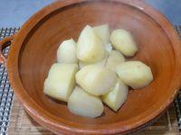 """2 - Une fois les pommes de terre cuites, bien les égoutter et les écraser (sans eau de cuisson) dans un récipient. Rajouter 2 cuil. à soupe de """"Aji en pasta"""" (augmenter les quantités si vous souhaitez un plat encore plus épicé). Bien mélanger, la purée prendra une belle coloration orangée. Incorporer 3 cl d'huile d'olive, puis le jus 1/2 citron vert, saler et poivrer.Bien mélanger et laisser refroidir complètement la purée."""