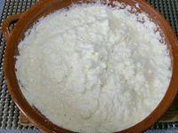 1 - Préchauffer le four th 5 (150°). Casser les oeufs en séparant les jaunes des blancs. Dans un récipient, fouetter les jaunes avec l'huile d'olive, le sel, le poivre et l'origan. Rajouter la farine en l'incorporant en plusieurs fois pour éviter les grumeaux. Verser le lait petit à petit sans cesser de fouetter. Dans un autre récipient, monter les blancs en neige. Les incorporer délicatement au fouet à la 1ère préparation en travaillant la masse doucement afin de ne pas les dissoudre dans la pâte, il doit rester des grumeaux.