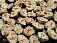 3 - Hacher finement quelques pistaches et cacahuètes, les incorporer au beurre. Prélever des zestes de citron vert, hacher finement quelques brins de ciboulette et ajouter le tout à la préparation. Farcir les coques avec ce mélange et parsemer des petits morceaux de piment.