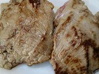 4 - Mettre une belle noisette de beurre dans une poêle et faire cuire les pavés 2 à 3 mn sur chaque face. Laisser reposer la viande 5 mn, Après repos assaisonner de fleur de sel et de poivre.