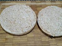 4 - Mettre le four à chauffer en position grill. Emonder et épépiner la tomate. L'écraser à la fourchette pour obtenir une purée, ajouter 1 pincée de sucre pour retirer l'acidité et assaisonner avec du sel. Couper le muffin en 2, le tartiner généreusement de tomate écrasée. Découper de fines bandes dans les tranches de fromage. Les disposer en les croisant (façon bandelettes de momies) sur le haut et le bas du muffin (Cf. photo) en laissant une place libre pour les yeux. Enfourner vos têtes de momie pour 3 à 4 mn sous le grill pour faire fondre le fromage. Pendant ce temps découper 4 rondelles dans les olives noires dénoyautées, remplir le centre d'un morceau de cornichon. Sortir les têtes de momies du four, disposer les yeux dessus.