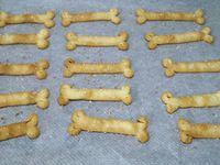 1 - Préchauffer le four th 6 (180°). Découper des bandes dans la pâte brisée de 1,5 cm environ de large et 10 cm de long. Fendre chaque extrémité au milieu sur 1cm de profondeur, écarter les bouts, les enrouler sur les côtés. Disposer les os en pâte sur une plaque allant au four recouverte de papier sulfurisé. Saupoudrer d'un peu de fleur de sel, puis de graines de sésame et enfourner pour 5 à 7 minutes en surveillant.