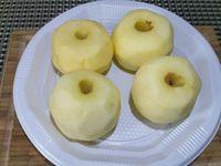 2 - Pendant ce temps, peler les pommes, retirer le trognon et les pépins à l'aide d'un vide-pommes et couper les en quartiers. Verser  le sucre dans une poêle à revêtement anti-adhésif, mouiller avec un peu d'eau et laisser fondre sur feu doux. Lorsque le caramel commence à blondir et à prendre ajouter le beurre. Mélanger jusqu'à ce que le beurre soit bien incorporé et ajouter les quartiers de pommes. Laisser cuire à feu très doux pendant 30 mn en retournant délicatement sans remuer. Lorsque les pommes sont caramélisées les retirer du feu.