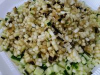 3 - Bien laver la courgette et l'aubergine. Les détailler en fines rondelles et les découper en brunoise au couteau ou à l'aide d'un appareil (comme sur la photo). Peler ou nettoyer les champignons, ôter les pieds, les tailler en fines lamelles puis en brunoise.