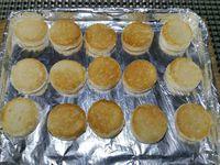 1 - Couper les fanes des radis en laissant 1,5 cm de queue, les laver et réserver. Mettre le beurre dans un bol, ajouter la poudre de noisette, le persil, saler, poivrer et écraser à la fourchette jusqu'à obtenir un beurre pommade. Mettre le four en position grill. A l'aide d'un emporte-pièce rond découper des disques dans le pain de mie. Les placer sur une plaque allant au four et les faire dorer sous le grill 1 à 2 mn. Pendant ce temps découper les radis en rondelles en prenant soin de garder le bout du radis avec la queue (pour la décoration). Sortir le pain toasté du four.