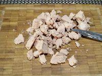 2 - Dans l'une des tranches de foie gras, découper 2 médaillons avec un emporte-pièce (réserver), couper le reste en petits dés. Faire suer l'échalote à la poêle dans un filet d'huile d'olive, réserver. Rajouter si nécessaire un peu d'huile d'olive dans la poêle y jeter les champignons dans l'huile bien chaude. Faire revenir pendant 6 à 7 min et les placer sur du papier absorbant pour ôter l'excédent d'huile. Après avoir égoutté les pommes de terre, les faire revenir quelques instants dans une poêle avec une bonne noix de beurre. Les maintenir au chaud