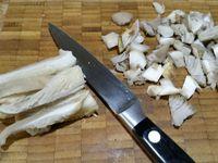 1 - Mettre à cuire les pommes de terre grenaille dans une casserole d'eau salée pendant 10 à 15 mn selon grosseur sans les peler. Entourer les tournedos avec les tranches de lard et ficeler pour maintenir en place. Ciseler l'échalote, nettoyer les champignons (à l'aide d'un torchon humide et d'un pinceau), les couper dans le sens de la longueur puis en dés. Laver, sécher et ciseler le persil.
