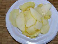 3 - Pendant ce temps, peler la pomme, la découper en lamelles et les faire revenir à la poêle avec une noix de beurre. Réserver au chaud. Oter la peau des boudins, les émietter et faire revenir à la poêle dans une noix de beurre. Réserver au chaud également.