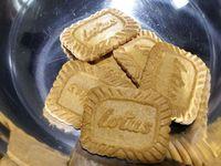 2 - Ecraser grossièrement les biscuits spéculoos, mélanger dans un saladier avec la pâte de spéculoos et la crème fraîche. Préchauffer le four th 6 (180°). Peler et couper les poires en quartiers, arroser de jus de citron pour ne pas qu'elles noircissent.