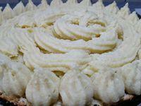 4 - Sortir la brioche bien dorée du four et laisser refroidir sur une grille. A l'aide d'un grand couteau à dents, ouvrir la tarte en deux bien au centre. Garnir de crème pâtissière avec une poche à douille. Recouvrir du chapeau. Mettre un petit moment au réfrigérateur avant dégustation.