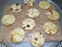 1 - Réaliser une pâte à crêpes et après l'avoir laissée reposer au moins 1 h, faire cuire les crêpes à la poêle avec du beurre. Laisser refroidir. Réaliser ensuite avec un tube en carton découpé en longueur et habillé de papier aluminium des gouttières. Découper à l'aide d'un emporte-pièces des disques dans vos crêpes. les disposer sur le plateau en verre du micro-ondes et les passer pendant 45 s à 1 mn au micro-ondes. Les placer ensuite dans les gouttières pour qu'elles prennent une forme incurvée et les laisser refroidir complètement.