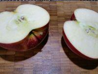 2 - Peler le kiwi, couper les deux extrémités, puis couper en 2 dans le sens de la longueur et en tranches moyennes. Laver et couper la pomme en deux, puis en quarts. Oter le trognon de 2 quartiers et les tailler en feuille comme sur la photo et bien citronner pour éviter l'oxydation de la pomme. Laver et équeuter les fraises et les couper en lamelles dans le sens de la hauteur. Laver et peler le kaki, le couper en quarts et tailler en fines tranches.