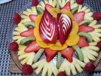 3 - Disposer joliment tous les fruits découpés sur un plat de service, décorer de framboises entières, de graines de grenade et saupoudrer le tout de zestes de combava.