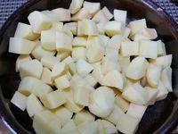 3 - Couper les pommes de terre en cubes, les faire frire dans une poêle remplie d'huile d'olive (ou dans une friteuse) jusqu'à ce qu'elles soient bien dorées et moelleuses à coeur. Les égoutter et les poser sur du papier absorbant pour retirer l'excédent d'huile, saler. Les placer dans des récipients en terre cuite, napper de sauce et servir aussitôt.