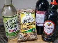 1 - Prendre une bouteille d'une contenance de 2 L (ou supérieure) avec un goulot assez large pour le passage des épices et écorces. Remplir la bouteille des écorces et épices de  Mamajuana, ajouter le vin rouge ordinaire pour recouvrir complètement le tout. Refermer et laisser macérer pendant 1 semaine à l'abri de la lumière directe.